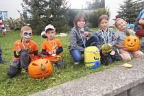 Děti vyřezali dýně společně s rodiči