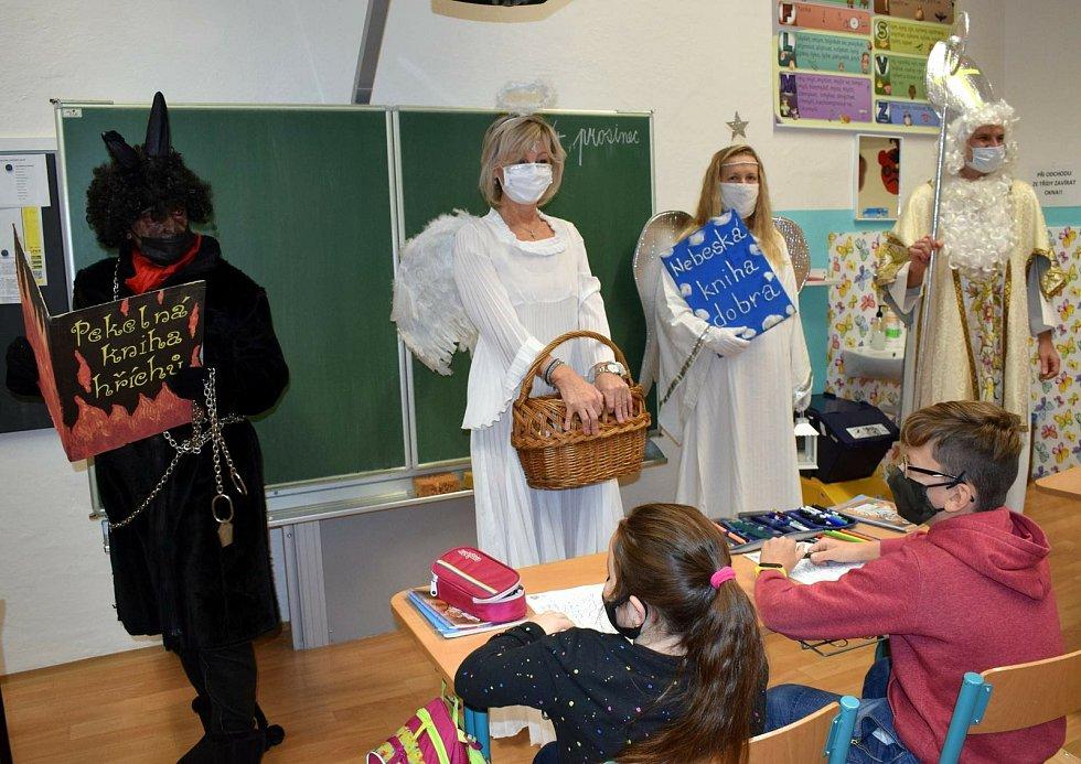 O radost z návštěvy Mikuláše žáci ve Velkých Němčicích ochuzeni nebyli. FOTO: Archiv školy