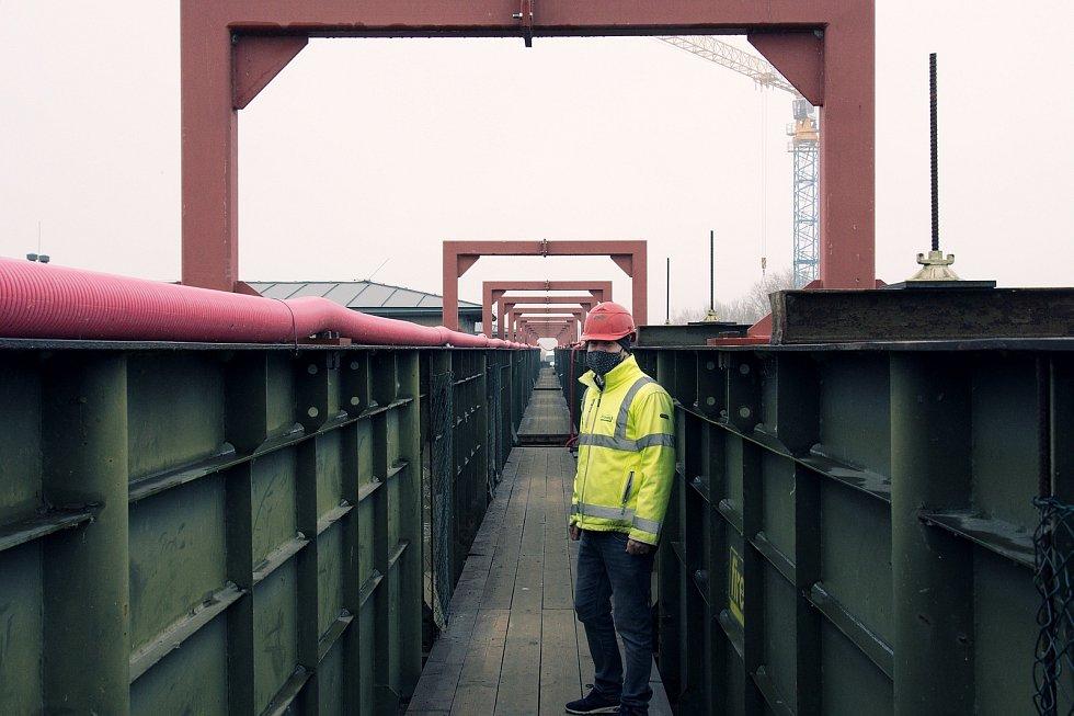 Nový most přes novomlýnské nádrže u Pasohlávek na Brněnsku je před dokončením.