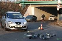 Osobní vozidlo srazilo cyklistu.