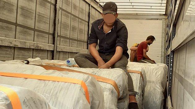 Cestovali v návěsu vedle nákladu. Kamion z Turecka převážel trojici cizinců