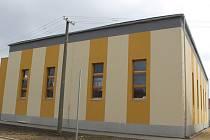 Budova, v níž ještě stále vzniká nová tělocvična, je spojená s ladenskou základní školou stojící v centru obce. Vedení tamního úřadu plánuje multifunkční halu využívat také jako místo, u něhož se budou konat kulturní a společenské události.