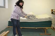 Čtyři stovky dek, pláště do deště a obvazy nabídla ze svých vyřazených zásob Nemocnice Břeclav charitativní organizaci Aided-Eu. Zareagovala na materiální sbírku.