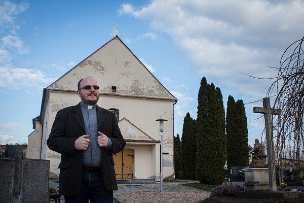 Římskokatolický kněz Andrzej Wasowicz již desátý rok tráví Velikonoce sfarníky na Břeclavsku.