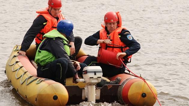 Břeclavští profesionální hasiči a členové dobrovolné jednotky ze Staré Břeclavi poblíž jezu u Tvrdonic cvičně potýkali s únikem ropy do řeky Moravy.