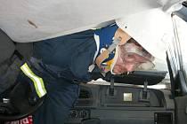 Hustopečští hasiči dostali na cvičení starou felicii se zničenou střechou.