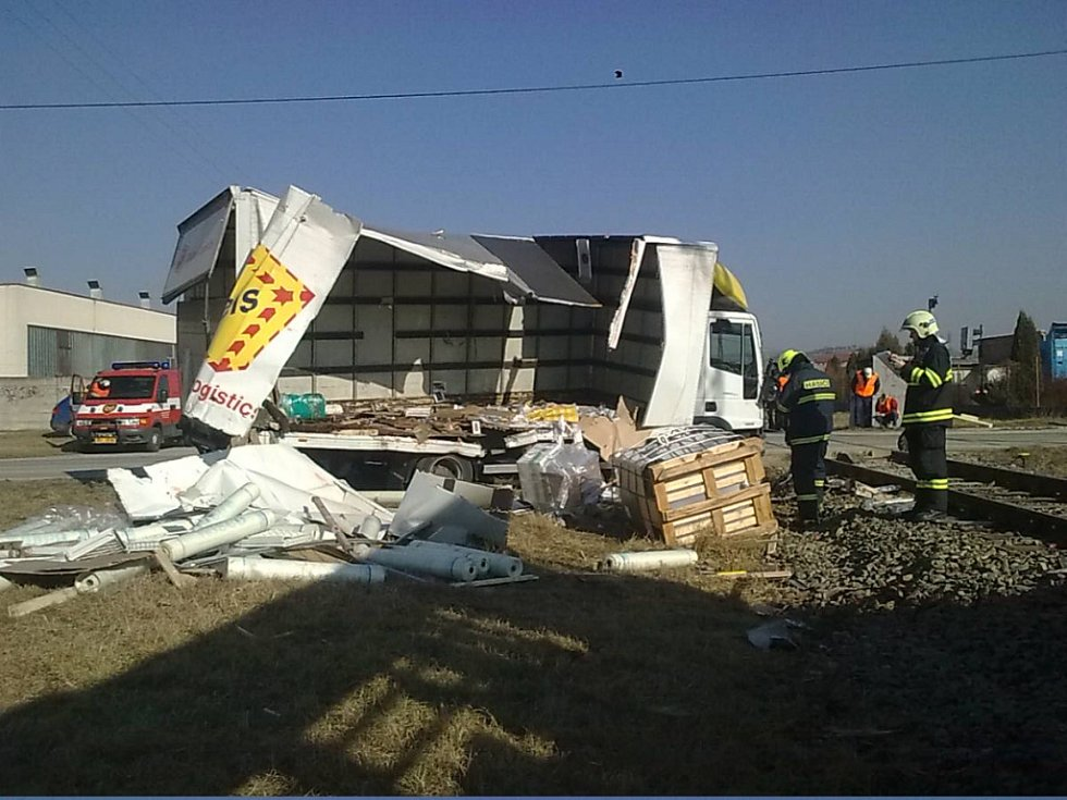 Nehoda vlaku a kamionu u Velkých Pavlovic.