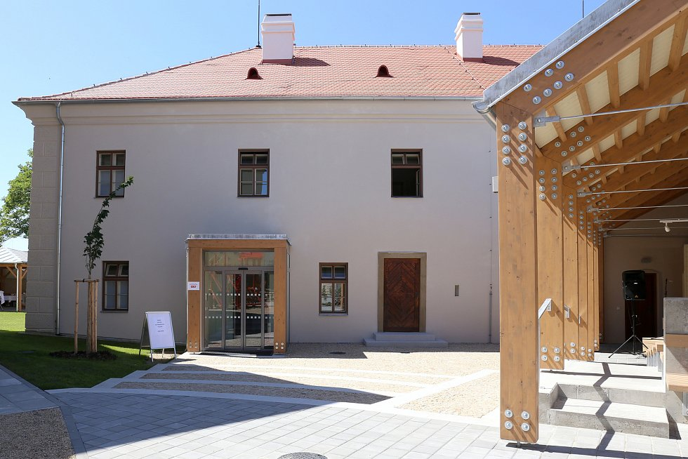 Pohořeličtí ve čtvrtek slavnostně otevřeli opravený Paarův zámeček. Budova bude nyní sloužit žákům základní školy.