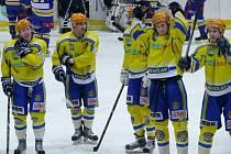 Břeclavští hokejisté slaví vítězství se svými fanoušky.