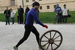 Jako legendární kolář Jiří Birk kouleli loukoťové kolo od žebřiňáku až do Brna. Na téměř sedmdesátikilometrovou trasu vyrazilo v sobotu ráno z Lednice dvacet tříčlenných týmů. Někteří ve sportovním, jiní v nejrůznějších racesistických převlecích.