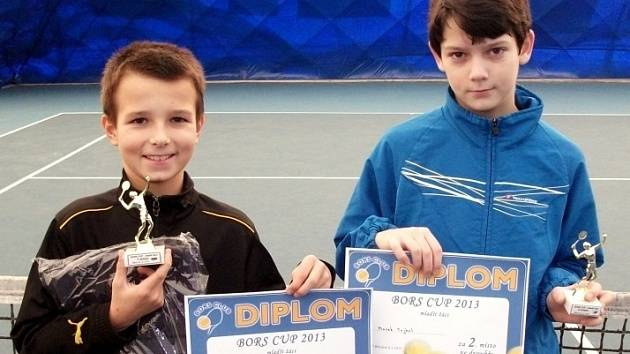 Vítězové chlapecké čtyřhry a fináloví soupeři. Vpravo břeclavský Marek Magula a Marek Tejral z Brna.