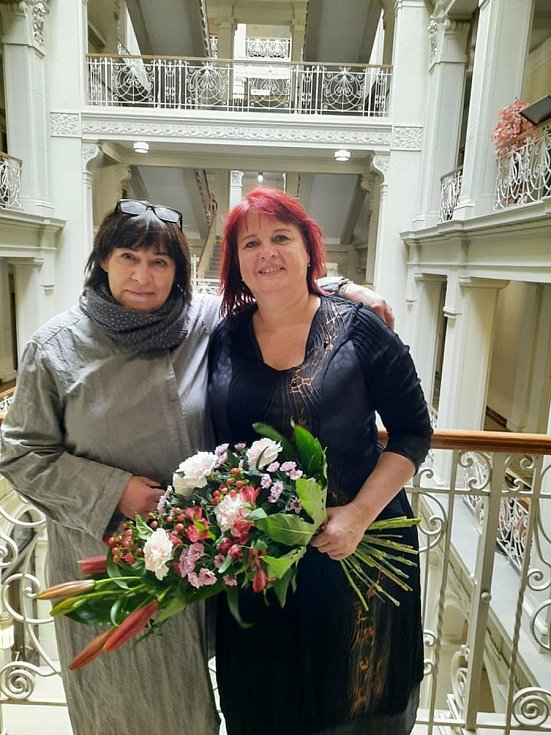 Ředitelka mikulovské městské knihovny Ilona Salajková (na fotce vpravo) se stala Knihovnickou osobností 2020 Jihomoravského kraje. Na snímku s místostarostkou města Sylvou Chludilovou.