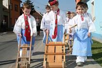 Děti z lanžhotské mateřinky vyrazily na Zelený čtvrtek do ulic s hrkači, řehtačkami a klapačkami.