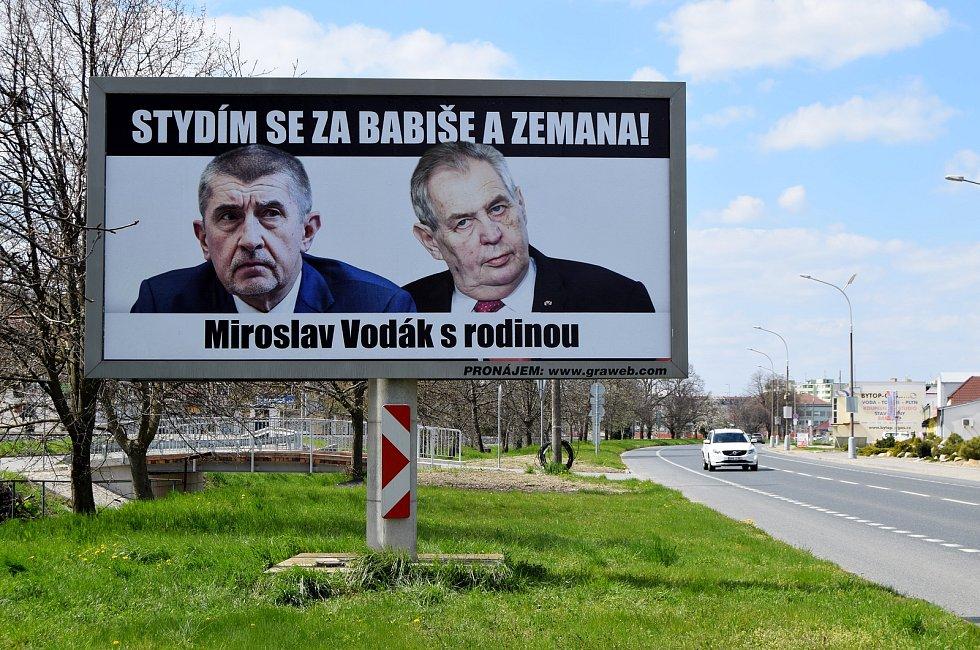 Stydím se za Babiše a Zemana! stojí na billboardu, který míjejí řidiči při průjezdu městem Hustopeče.
