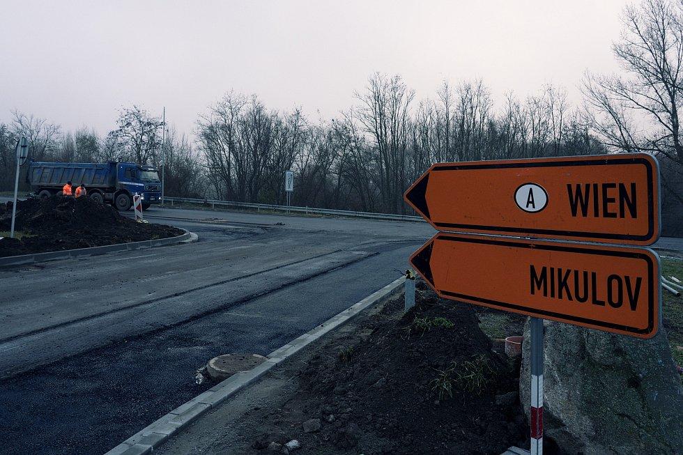 Objízdná trasa. U pasohláveckého Aqualandu Moravia dělníci rozšiřují křižovatku. Nový povrch už dostala vozovka na hrázi.
