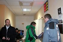 Lidé přicházejí kvůli výměně řidičáku na Městský úřad v Břeclavi i v novém roce. Nezbývá jim nic jiného. Policisté mohou na silnici ty s prošlým průkazem pokutovat.