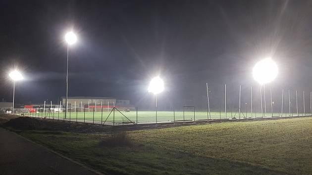 Na novém hřišti za téměř třicet milionů korun si Pohořeličtí zahrají fotbal od půlky prosince, slavnostně ho ale otevřou až v lednu.