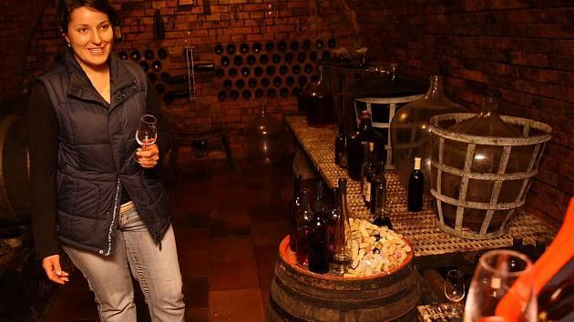 Ivana Tomanová vínu rozumí a dokáže o něm návštěvníkům ve sklepě dlouze a poutavě povídat .