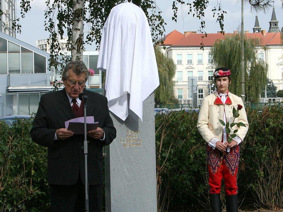Nová busta Jana Amose Komenského stojí po letech opět na svém místě.