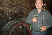 """Kostický vinař Jaroslav Blažek hospodaří na více než čtyřech hektarech vinohradu a ročně vyprodukuje asi dvacet tisíc lahví. """"Jsem zastáncem starých odrůd,"""" říká Blažek v seriálovém rozhovoru."""