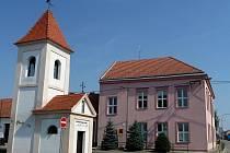 Obě budovy jsou dnes opravené a v objektu bývalé školy funguje třída mateřinky.