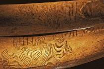 Geometrický vzor na mamutím klu z Pavlova, který je někdy interpretován jako znázornění krajiny kolem Pavlovských vrchů. Foto M. Frouz (podle: Jiří Svoboda 2010: Dolní Věstonice – Pavlov)