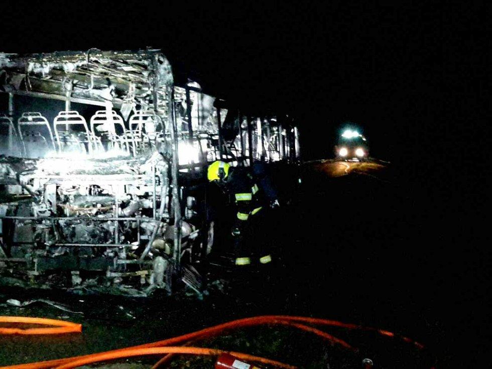 Požár zlikvidoval u Uherčic autobus.
