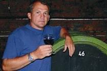 Padesátiletý Karel Reichman (vlevo) podniká v rodinné vinařské firmě již od roku 1992. Ve vinařství Reichman a Reichman, jež sídlí ve Velkých Pavlovicích, tíhnou k tradičním způsobům výroby vína, které se snaží hýčkat jako dítě.