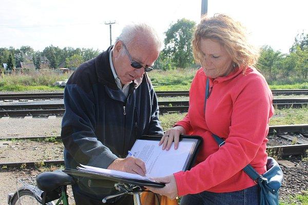 Oficiálně uzavřený železniční přechod vPoštorné využívají denně desítky lidí.