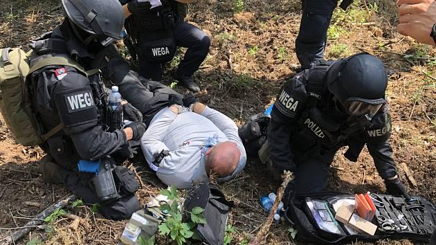Členové speciálních pořádkových jednotek české a rakouské policie pátrali v úterý po nebezpečném pachateli v Bořím lese u Břeclavi. Při společném výcviku.