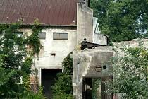 Pohled na zchátralé budovy bývalého výrobního podniku Tranza v Břeclavi.