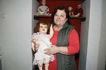 Anna Klonová se svojí nejoblíbenější panenkou.