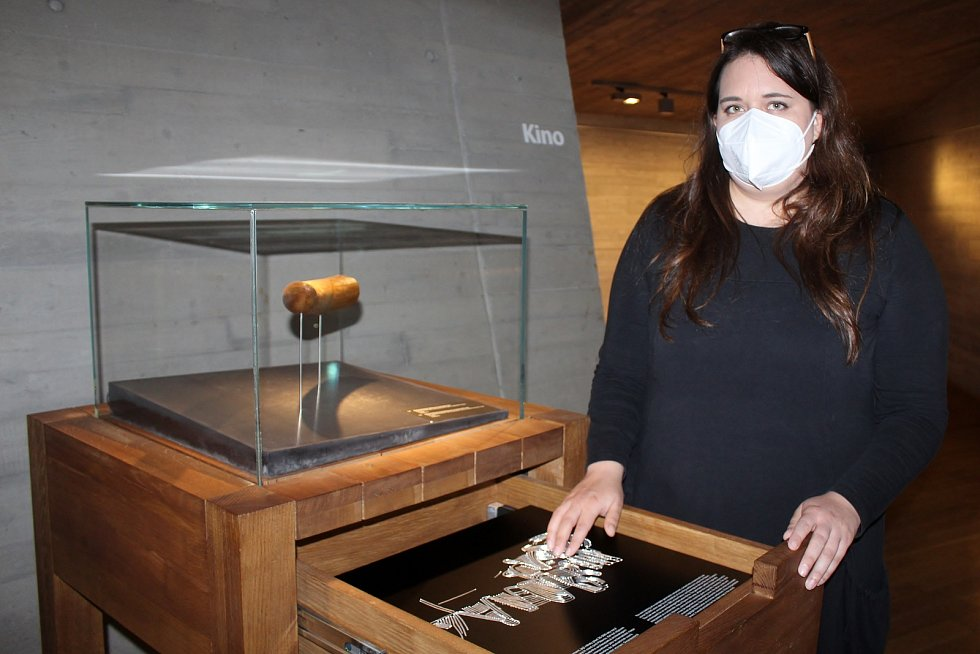 V Archeoparku Pavlov si návštěvníci pohladí třeba kožešinu soba nebo bizona, zjistí, jak velký byl zub mamuta.