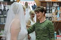 Do břeclavského svatebního salonu si přijela šaty na svůj den D vybrat nevěsta až ze Strážnice. Při té příležitosti si vyzkoušela i závoj s ručně vyráběnými šperky.
