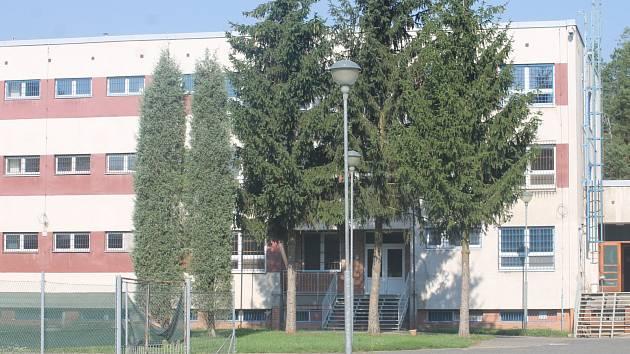 Areál věznice v břeclavské části Poštorná hlídají policisté. Zřizují tam mobilní zařízení pro běžence. K jejich přemístění na toto místo dojde pouze v případě zhoršené situace v počtu zajištěných ilegálních migrantů.