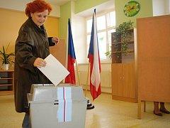 Ladenští vzali volby do krajského zastupitelstva vážně. Jen za první půlhodinu jich přišlo k urnám patnáct.