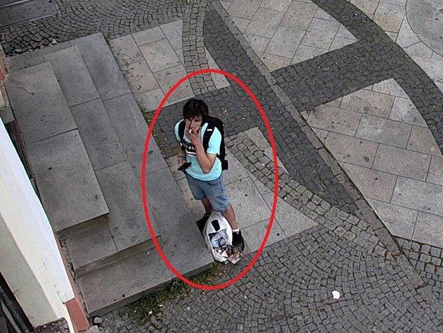 Policisté žádají opomoc sidentifikací neznámého mladíka na fotografii.