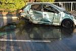 Při nehodě tří aut skončilo jedno z nich v rameni řeky Dyje.