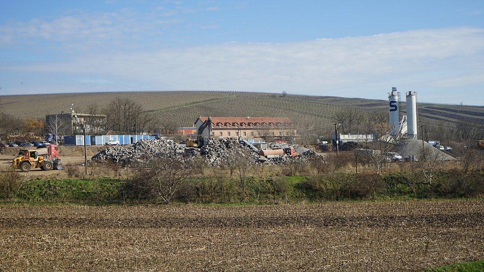 V bezprostřední blízkosti stavby na dálnici D2 u Hustopečí je mobilní betonárna a drtící linka stavební firmy.