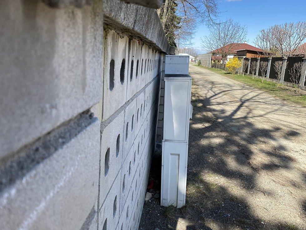 Dělníci strhli také nakloněnou zeď koupaliště.