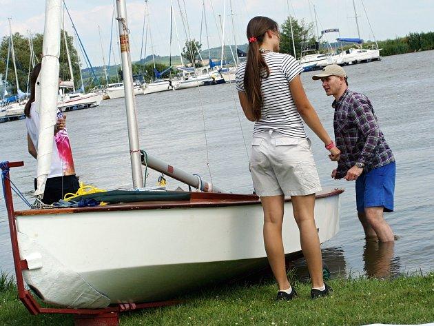 Na Nových Mlýnech u Pavlova se potápěla plachetnice. Záchranáři a hasiči pomohli dvěma lidem na břeh. Ve čtvrtek měli na vodě hodně práce.