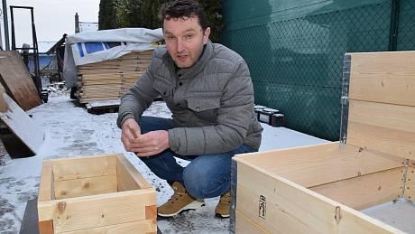 Truhlář Petr Poulík ze Staroviček ve volném čase vyrábí vyvýšené záhony. Třeba na bylinky.
