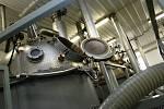 Zaměstnanci firmy Fruta Podivín vyrábí džemy ve třísměnném provozu. Naplní až dvacet tisíc sklenic jahodového výběrového džemu za osm hodin.