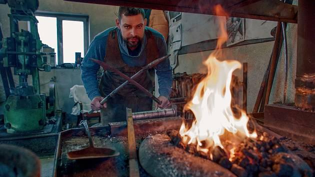 Umělecký kovář Pavel Valášek z Brněnska vytvořil pro novou kruhovou křižovatku v Pohořelicích třítunovou plastiku kapra.