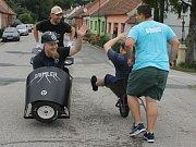Dvanáct dvoučlenných týmů absolvovalo v sobotu pivní běh v Uherčicích. K přepravě mezi stanovišti využívaly kolečka.