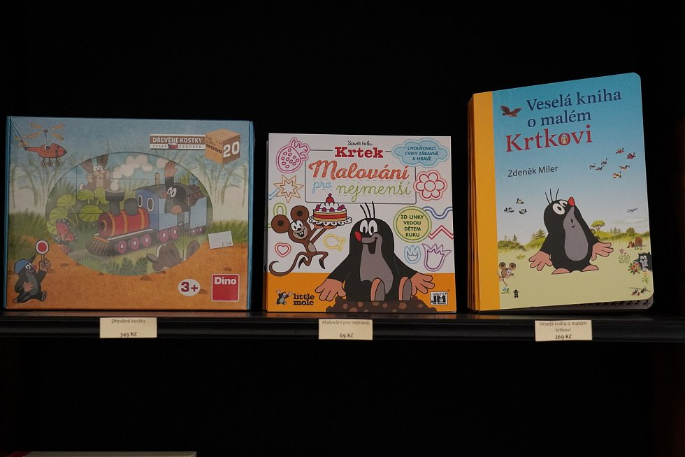 Letošní novinkou ve Valticích je zámecké knihkupectví, kde návštěvníci zakoupí i suvenýry. Turisté tam najdou i Krtečka.