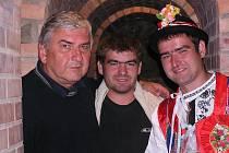 Vladislav Moravčík (v kroji) s bratrem Miroslavem hostili ve sklepě i herce Miroslava Donutila.