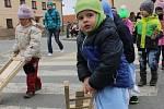 Děti z mateřské školy v Lanžhotě prošly ulicemi města na Velký pátek. S hrkači, řehtačkami a klapačkami. Kroje kvůli chladnému počasí tentokrát schovávaly pod bundami.