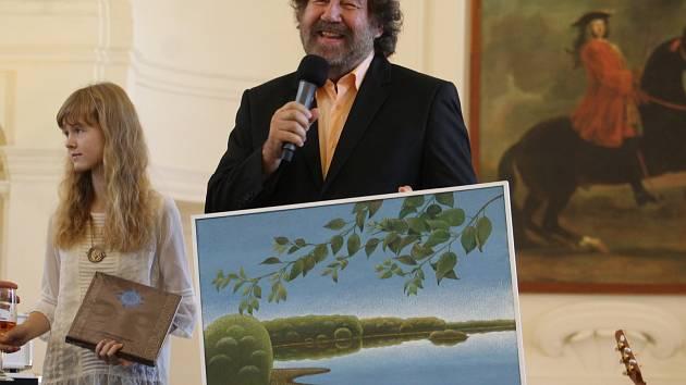 Břeclavský malíř Antonín Vojtek pokřtil v neděli v zámecké jízdárně ve Valticích svůj nový kalendář a také knihu. Kmotrem byl známý režisér Zdeněk Troška.