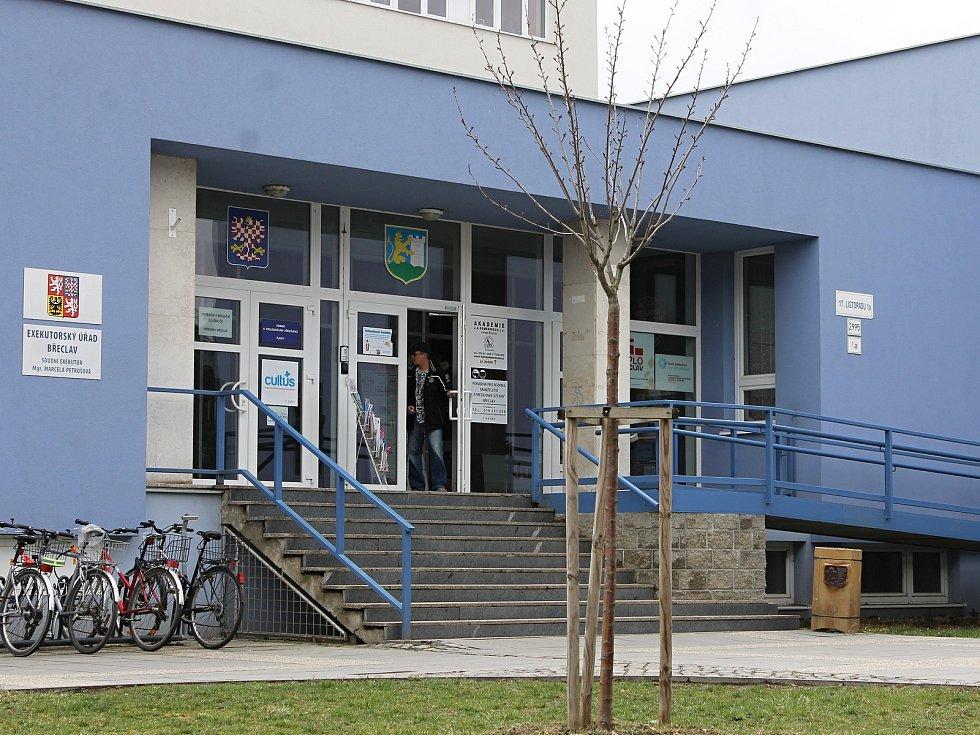 BŘECLAV. Současná budova Domu školství v centru Břeclavi v ulici 17. listopadu sloužila do roku 1989 jako sídlo okresního výboru KSČ.